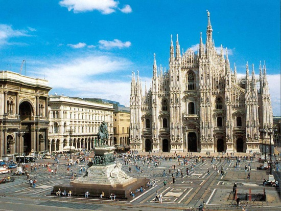 PIAZZA DEL DUOMO WITH THE DUOMO