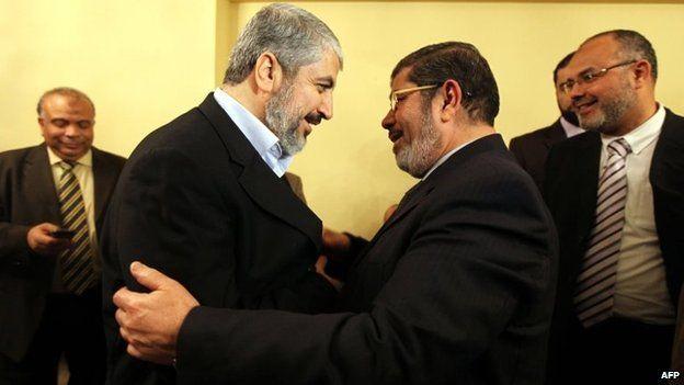 Hamas leader, Khaled Meshaal (L) and Egyptian President Mohammad Morsi