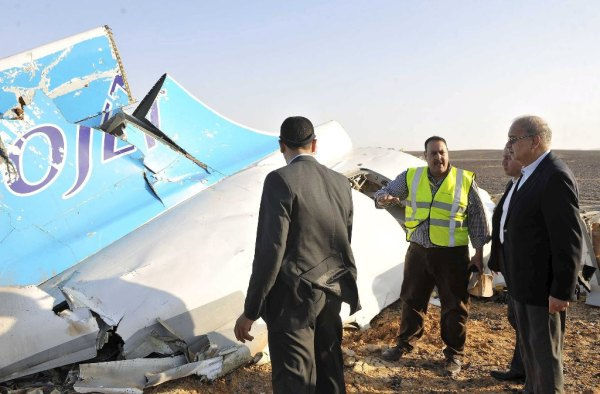 Egypt's Prime Minister Sherif Ismail (R) listens to rescue workers (Applemark)