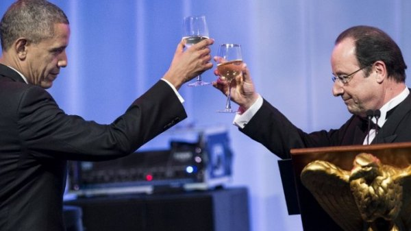 Presidents Obama and Hollande drinking champagne