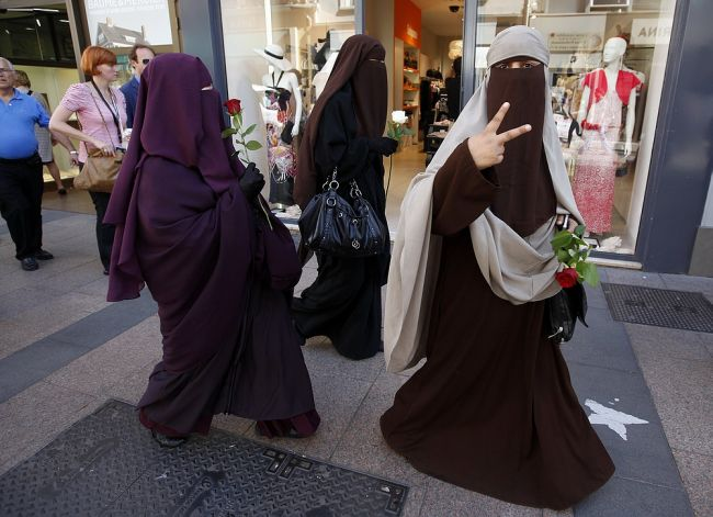 ISIS Niqab-Face-Veil-650x471Women wearing the 'niqab' in public