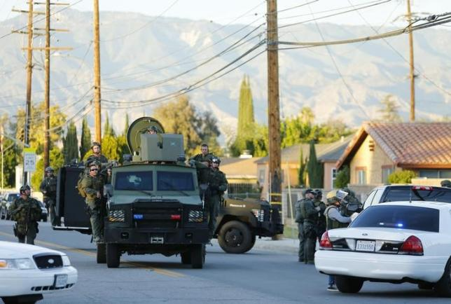 Police officers conduct a manhunt after a mass shooting in San Bernardino, California December 2, 2015. REUTERS/Mike Blake