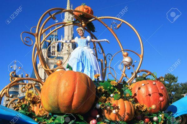 DISNEY 19777674-Cinderella-on-magic-Kingdom-parade-in-Disney-World-Orlando-Stock-Photo