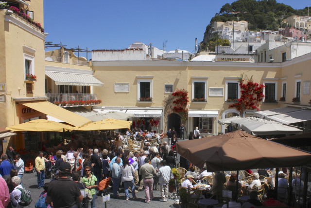 what the center of Capri, Piazza Umberto looked like with crowds